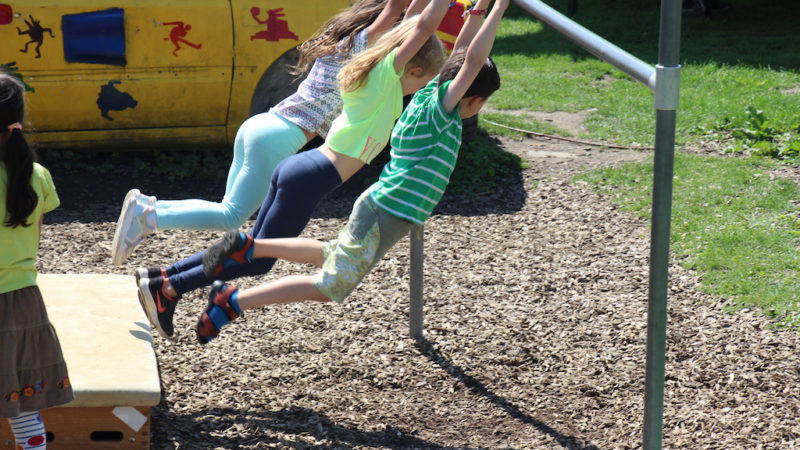 Turnende Kinder - sehr konzentriert