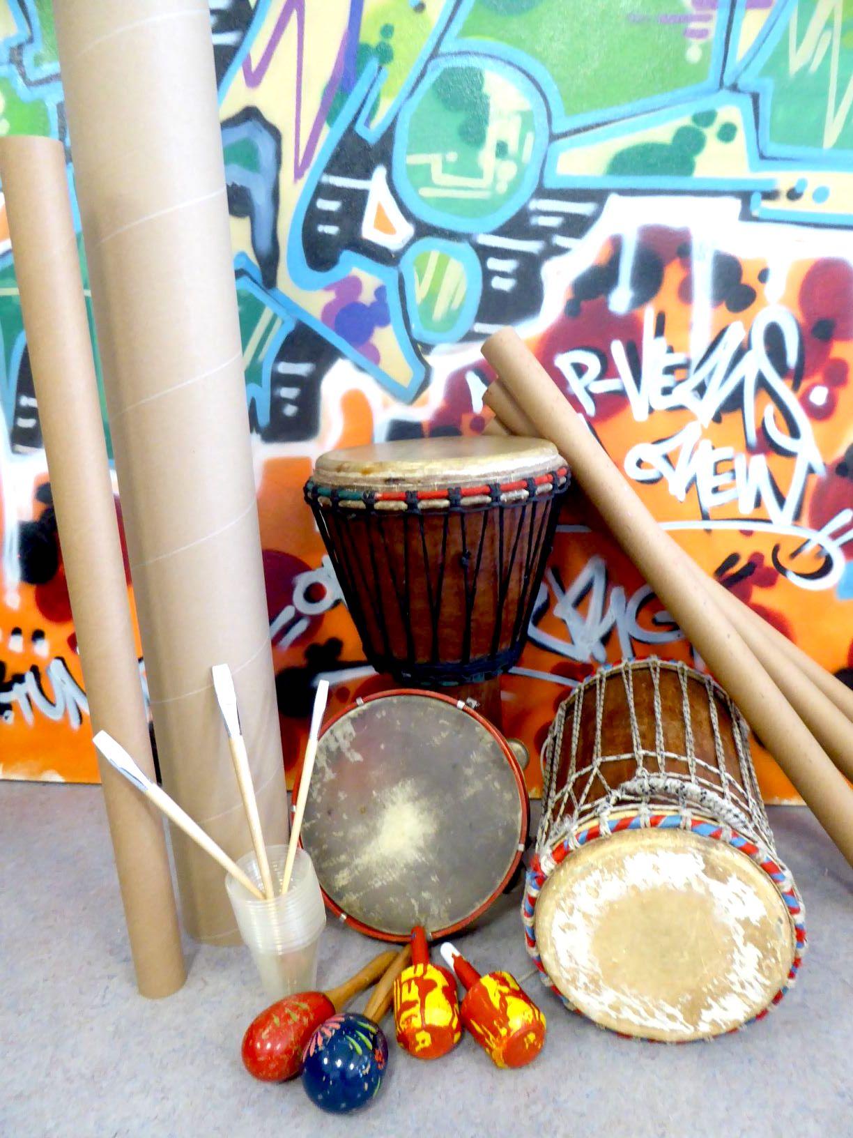 Percussion und Trommeln vor Grafitti